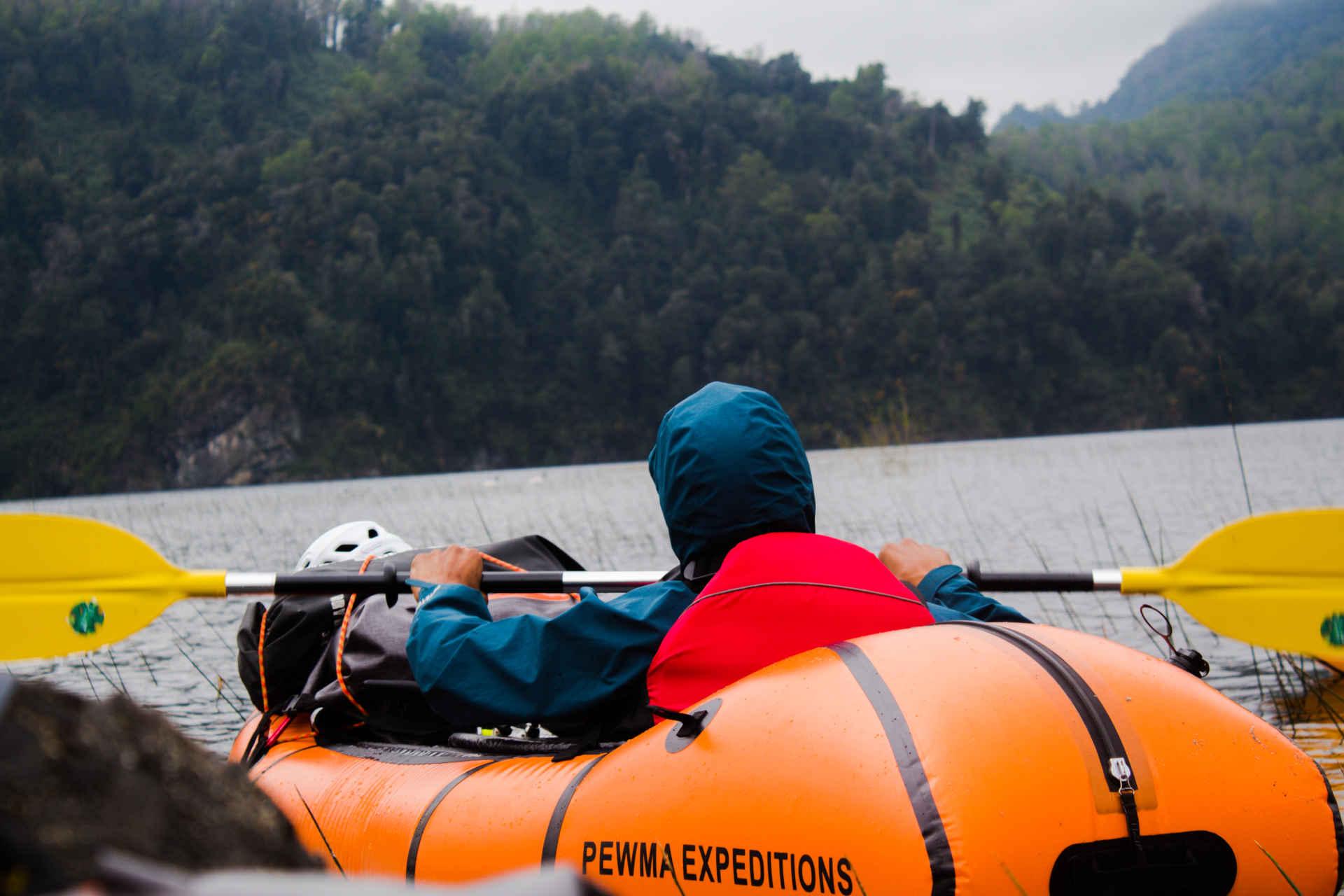 packraft en en lagos y rios de la region futrono con alojamiento